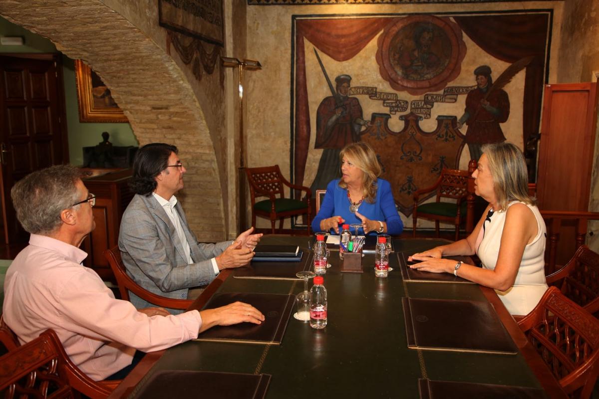La alcaldesa traslada al Colegio Oficial de Arquitectos de Málaga la creación de la nueva Oficina Municipal del PGOU