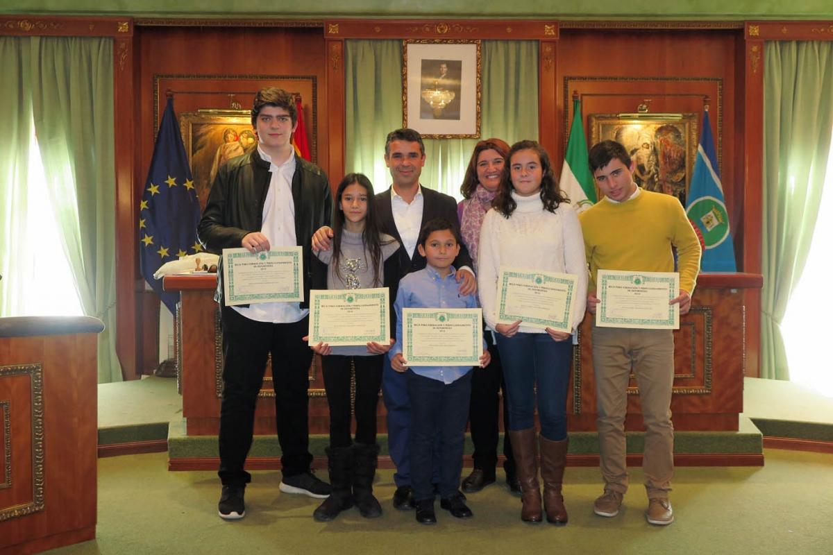 Cinco deportistas locales reciben las becas de formación y perfeccionamiento patrocinadas por la Fundación Banús