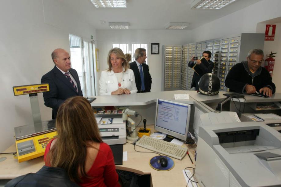 La alcaldesa destaca la funcionalidad y el cambio de for Oficina correos melilla