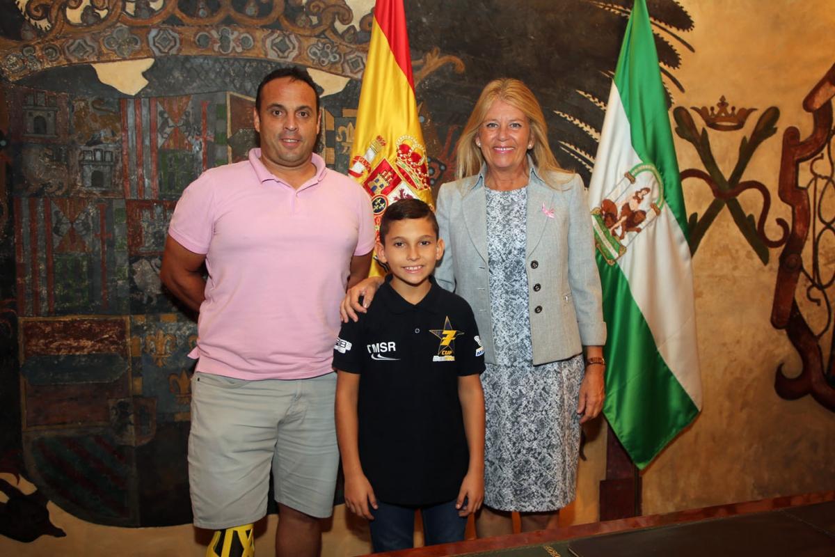 La alcaldesa recibe al joven piloto marbellí Jesús Ríos y destaca su carácter ganador