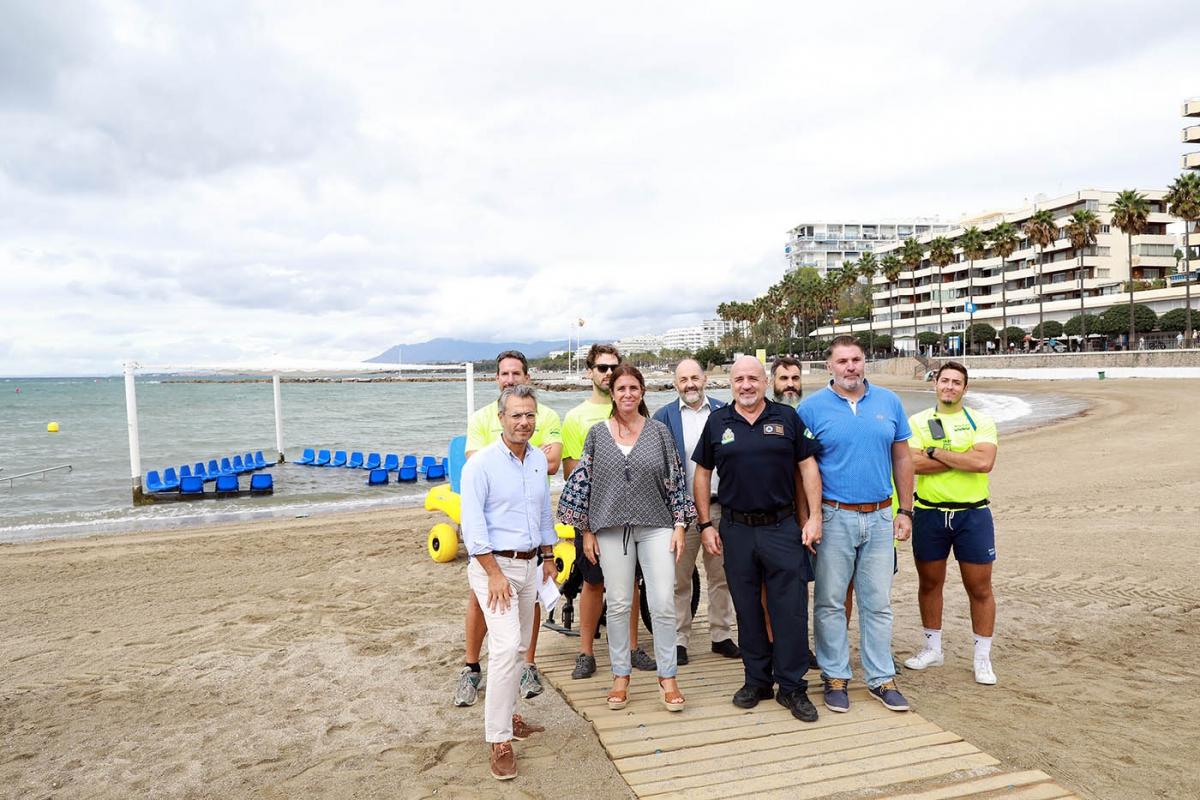 Díaz subraya el incremento este verano del servicio de baño asistido, con un total de 784 usuarios, y la distribución en las playas de casi 4.000 pulseras para menores