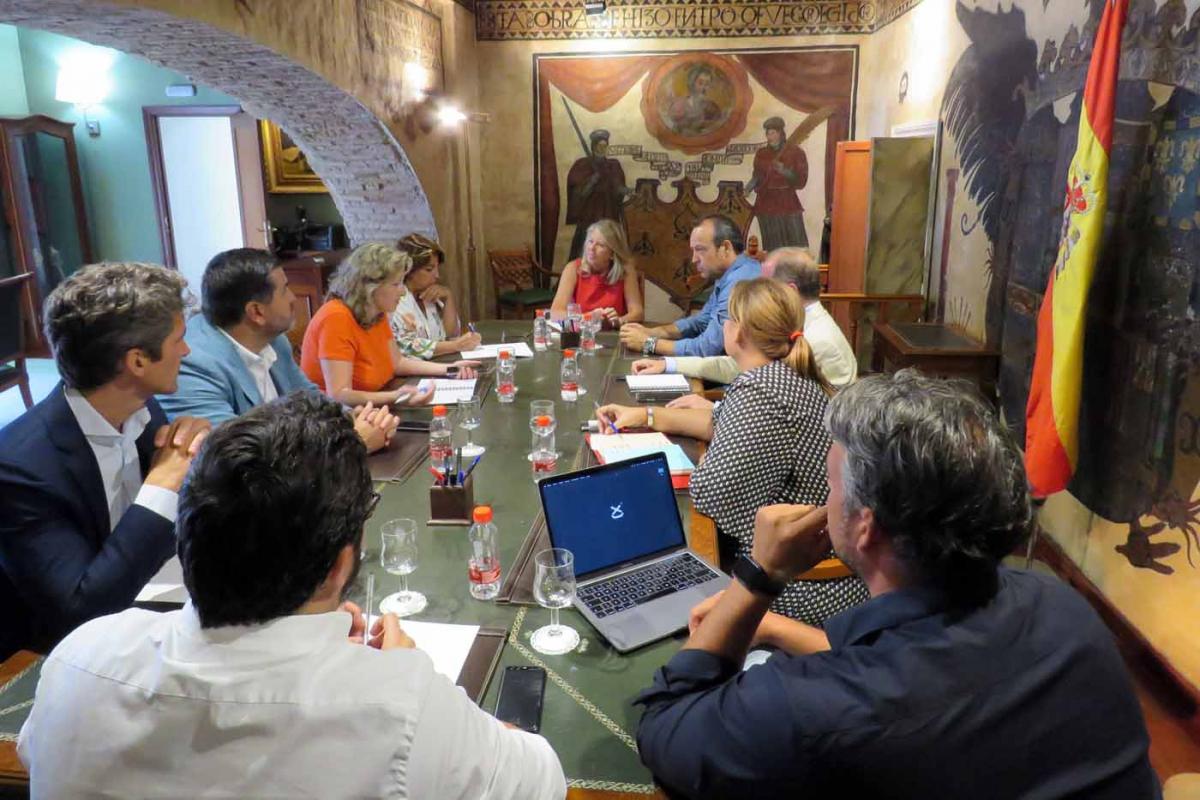El Ayuntamiento y la Asociación 'Marbella All Stars' abordan propuestas para promocionar la alta gastronomía de la ciudad