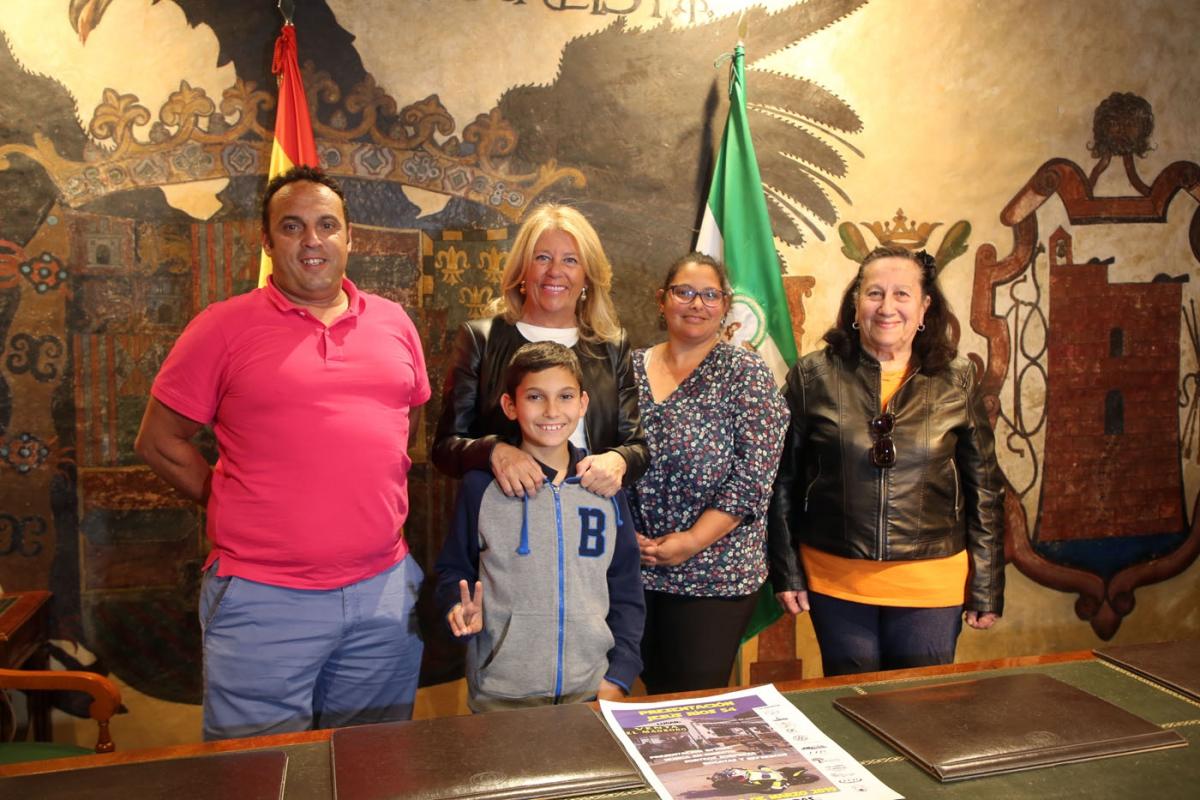 La alcaldesa felicita al piloto Jesús Ríos por sus logros deportivos