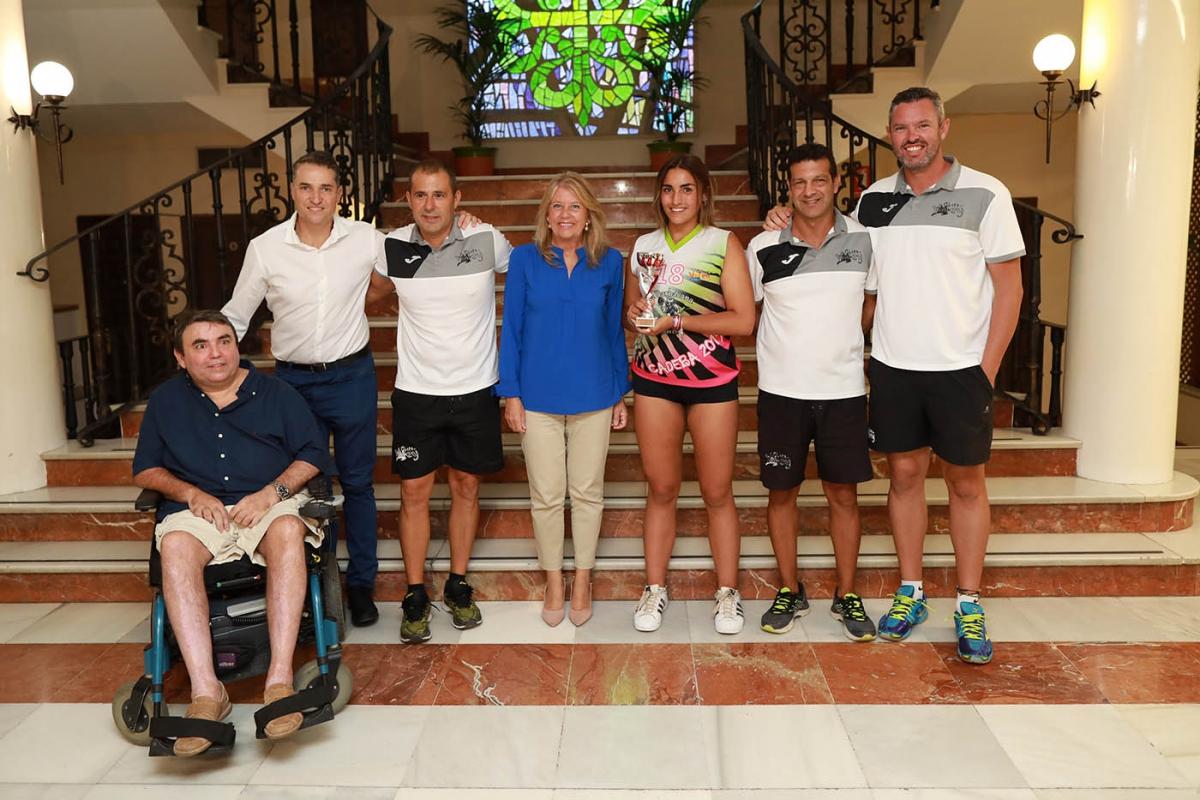 La alcaldesa recibe al Club Costa del Voley y destaca sus éxitos deportivos en la temporada de playa