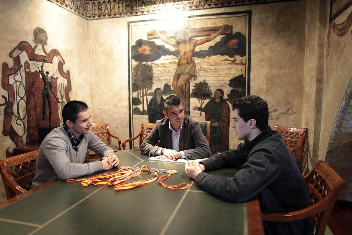 El alcalde recibe en el Ayuntamiento a los deportistas Javier Labrador, Manuel Montoya y 'Juanan' Gómez