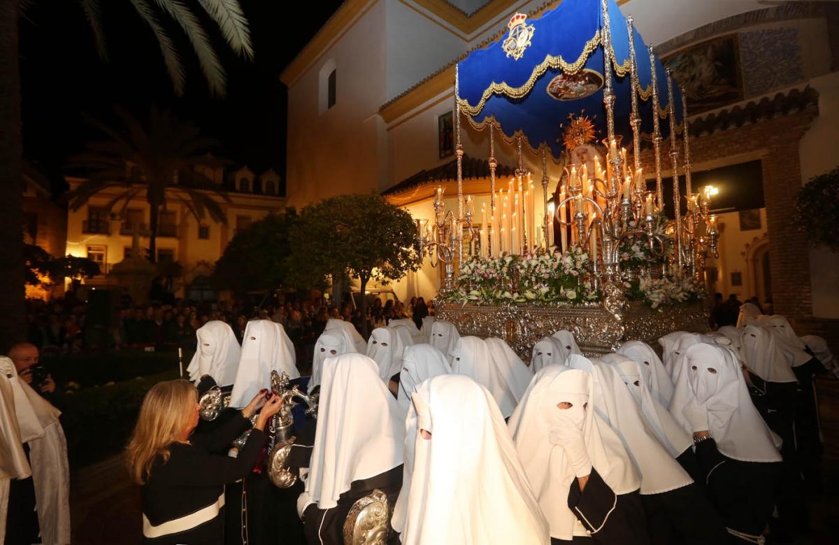 Santa Marta recorre en procesión las calles de Marbella