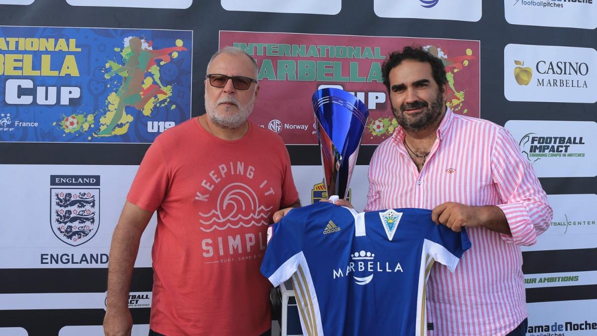 El concejal de Deportes entrega los premios sub 20 del torneo de fútbol Marbella International Cup