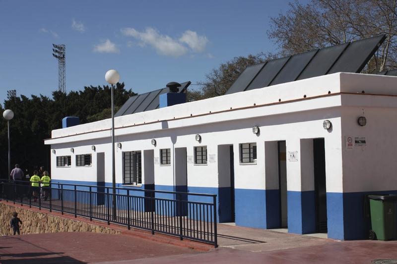 El Ayuntamiento acondiciona las placas solares del Complejo Antonio Serrano Lima para mejorar el ahorro energético y solucionar los problemas de temperatura del agua