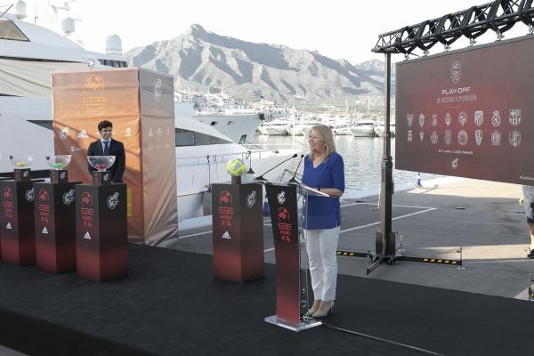 La alcaldesa destaca que Marbella es el mejor escenario para albergar grandes eventos deportivos en el acto del sorteo del playoff de ascenso a Segunda División