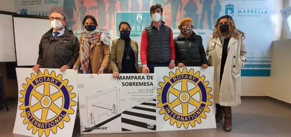 La delegación de Derechos Sociales recibe una docena de mamparas de protección del Rotary Club de Marbella, que culmina la donación de un total de 120 que ha repartido entre distintos colectivos