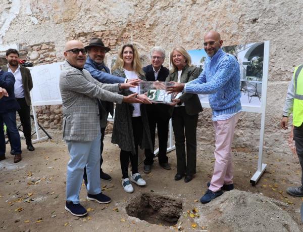 """La alcaldesa destaca la """"fortaleza"""" de Marbella como ciudad para invertir en el arranque de las obras de rehabilitación del emblemático edificio La Fonda"""