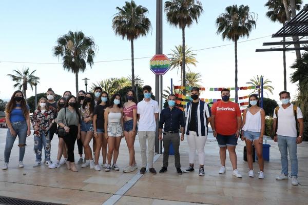 Marbella coloca en la avenida del Mar la señal 'Stop LGTBIfobia' en apoyo al colectivo LGTBI