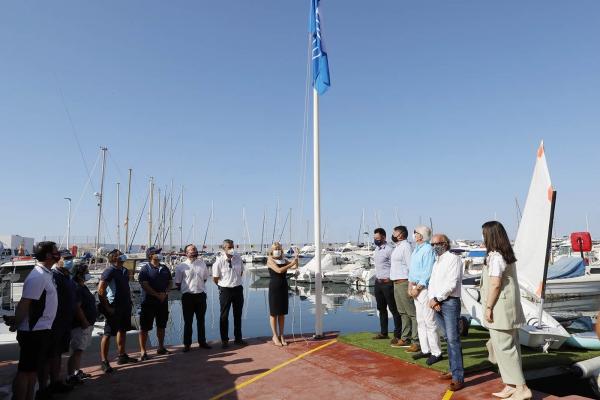 Marbella luce desde hoy las seis banderas azules logradas esta temporada por cinco playas y el Puerto Deportivo