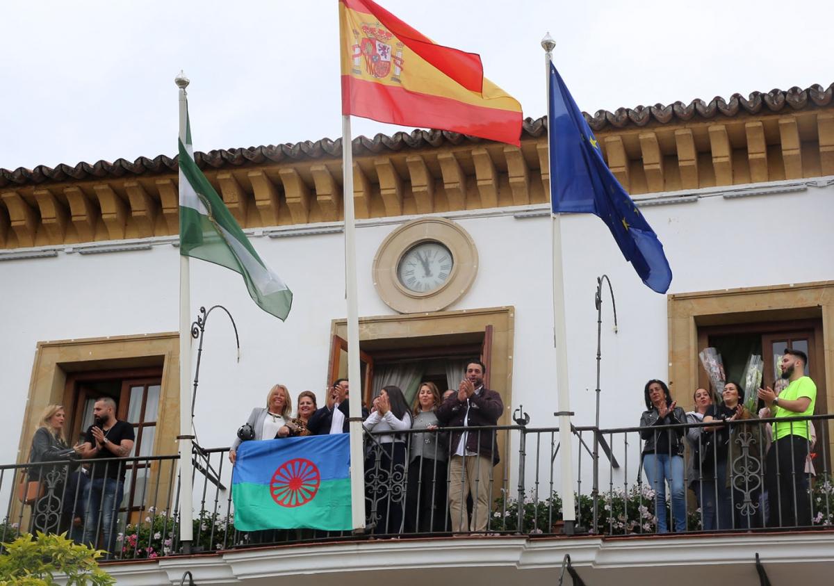 6949b8101159 Marbella se suma a la conmemoración del Día Internacional del Pueblo Gitano  con la lectura de un manifiesto y la colocación de la bandera romaní en el  ...