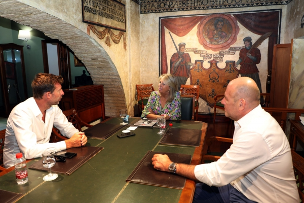 La alcaldesa recibe en Marbella a un equipo de la edición francesa de la prestigiosa revista Forbes, que prepara un reportaje especial sobre la ciudad como destino turístico y de inversión