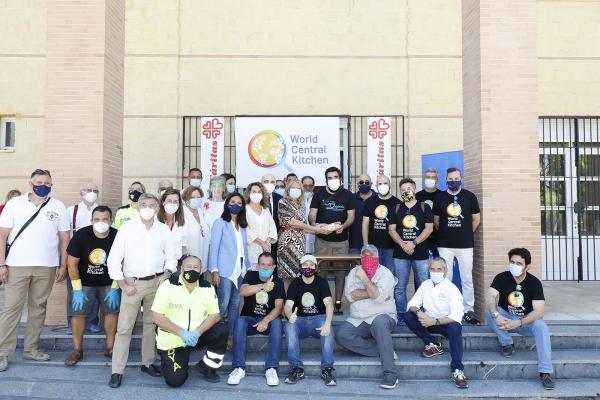 La alcaldesa subraya la solidaridad y el compromiso de la ONG 'World Central Kitchen' del chef José Andrés en el acto de entrega de la comida número dos millones en España