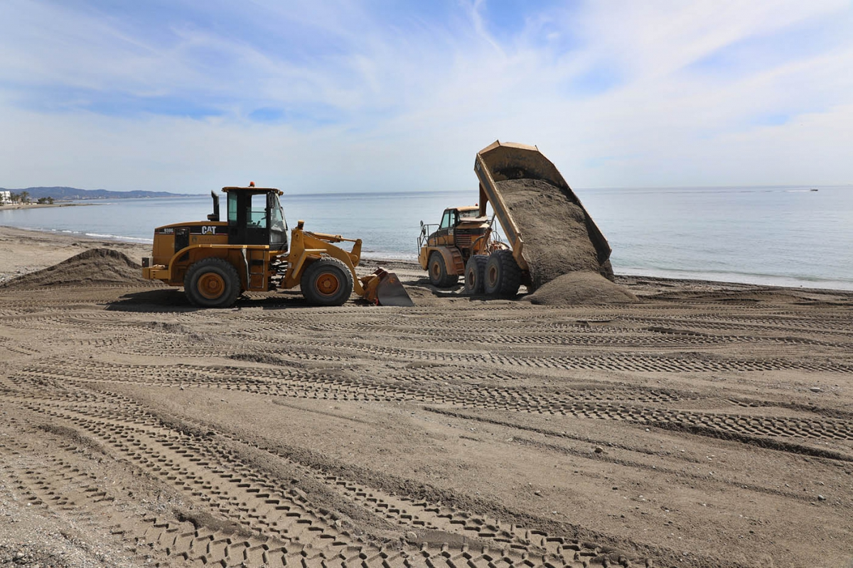 El Ayuntamiento acondiciona las playas de San Pedro Alcántara de cara a la temporada de baño