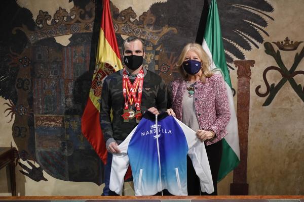 """La alcaldesa subraya que el atleta local Jorge Otalecu """"encarna los valores del deporte que queremos promocionar a través del programa de patrocinio Marca Marbella"""""""