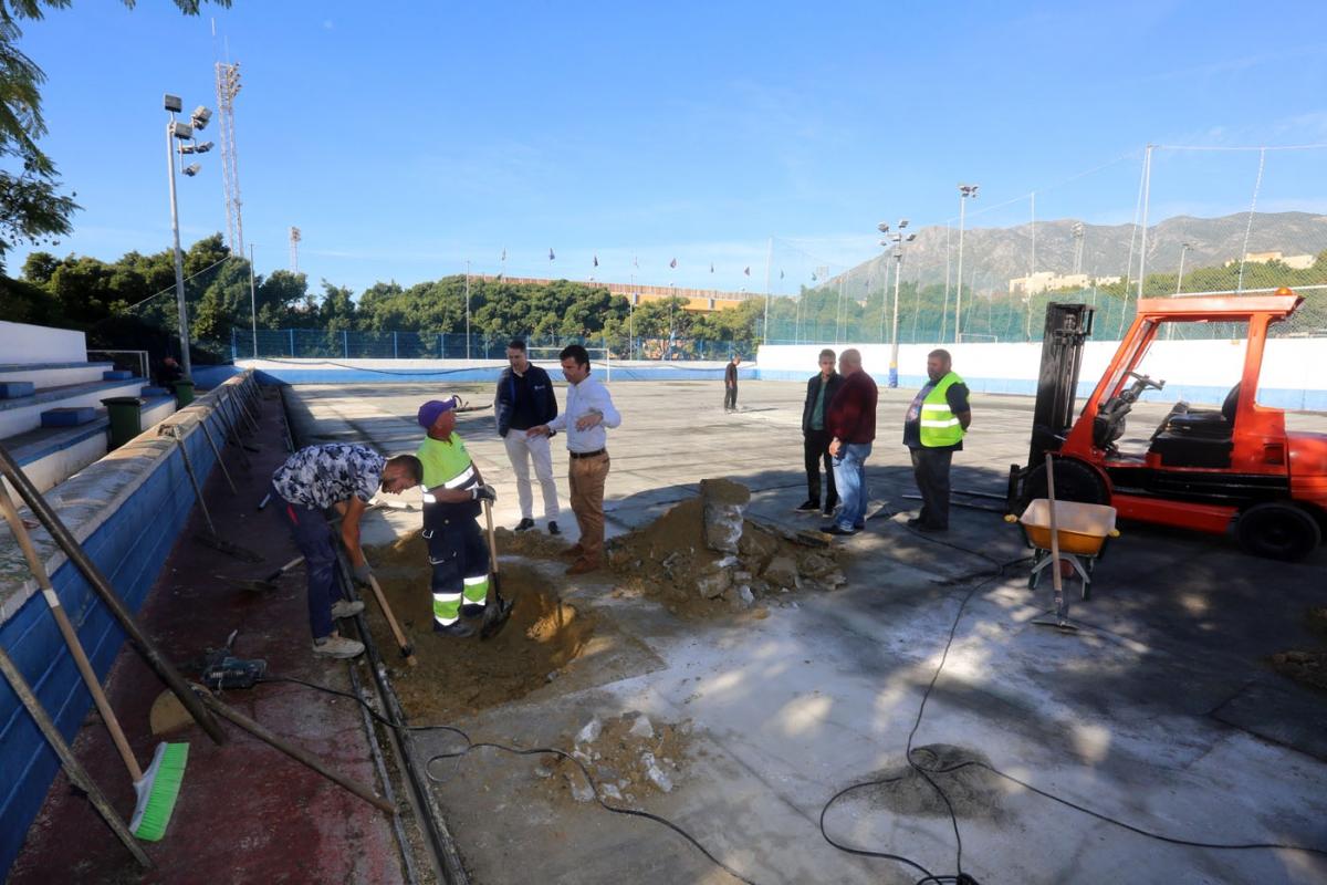 El Ayuntamiento sustituye el césped artificial de los campos de fútbol 5 y 7 del Complejo Deportivo Antonio Serrano Lima