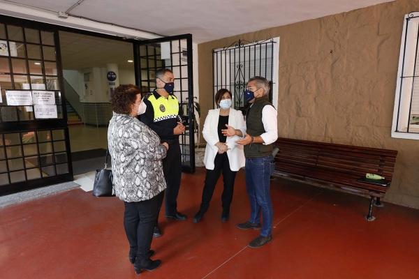 La Policía Local de Marbella realiza una campaña informativa sobre las medidas de prevención frente al Covid-19 en centros educativos del municipio