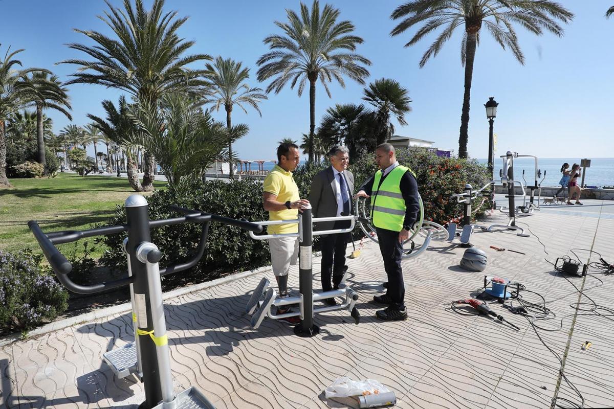 El Ayuntamiento inicia la renovación de los aparatos biosaludables de San Pedro Alcántara con la instalación de veinte unidades en el Paseo Marítimo