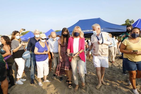 """La alcaldesa participa en la suelta de 39 tortugas bobas en el mar de la playa de Cabopino y subraya """"la gran labor"""" de los voluntarios que han colaborado en su cuidado desde la custodia del nido"""