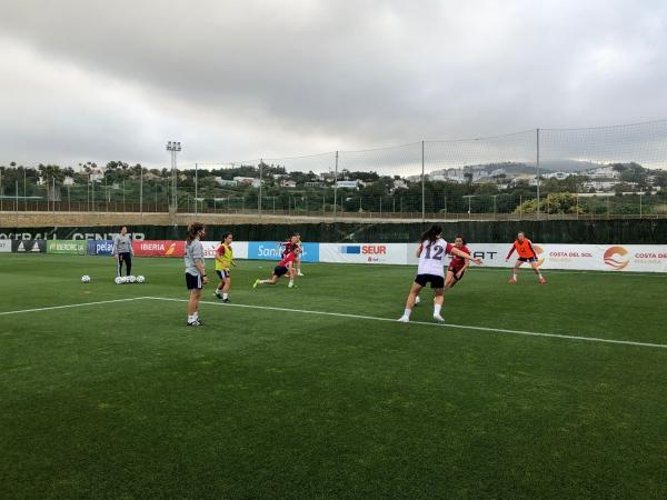 La selección española femenina de fútbol  sub-23 arranca su entrenamiento en Marbella, donde permanecerá hasta el lunes