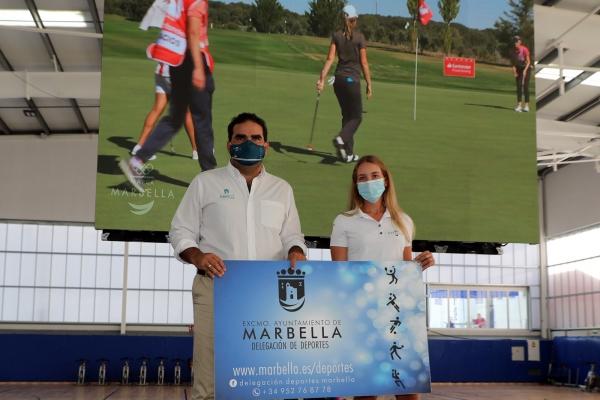 El Ayuntamiento formaliza el patrocinio con la golfista sampedreña Laura Gómez en el marco del programa Marca Marbella