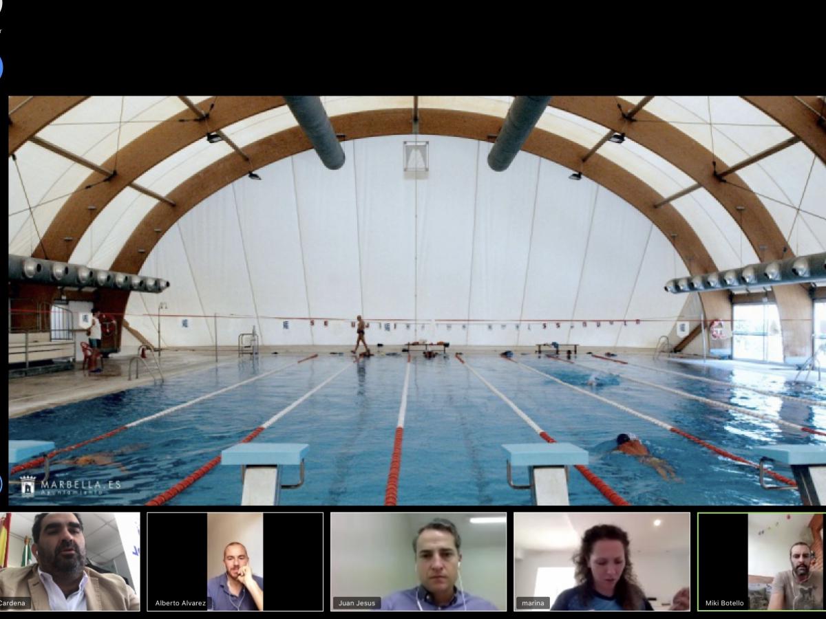 La delegación de Deportes planifica con los clubes de natación y waterpolo Marbella la vuelta a sus entrenamientos