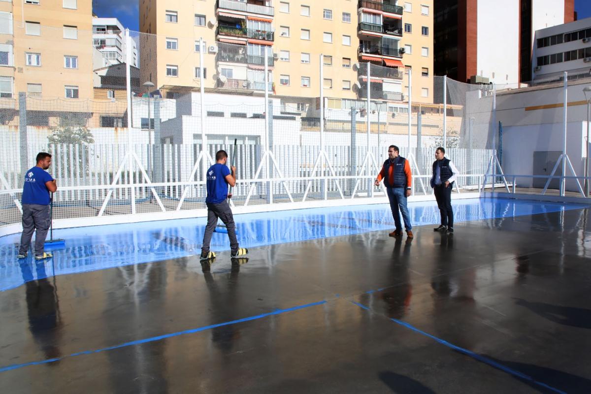 El Ayuntamiento acondiciona la pista central del Complejo Deportivo Francisco Norte para albergar los entrenamientos y competiciones de hockey en Marbella