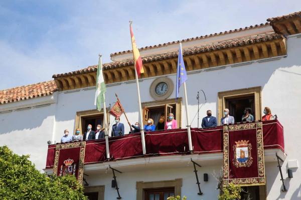 Marbella celebra el acto de colocación del Pendón en el balcón del Ayuntamiento