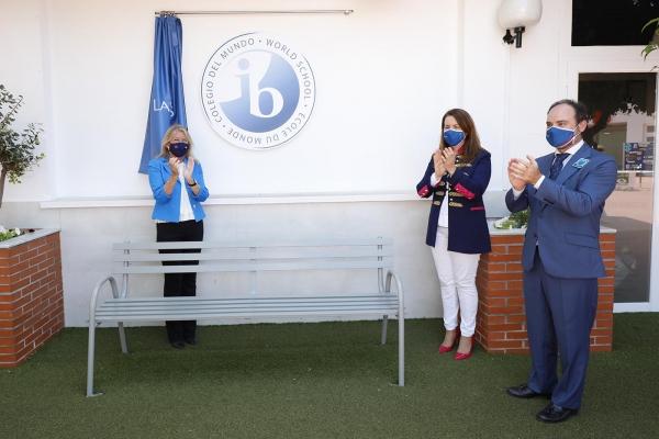 La alcaldesa destaca la calidad educativa del colegio Las Chapas-Ecos en el acto de celebración de la entrada del centro en el proyecto de Bachillerato Internacional (IB)