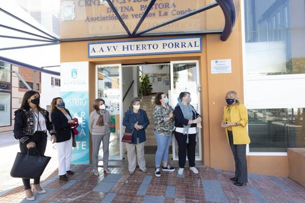 El Ayuntamiento reconoce la trayectoria en el ámbito social y del voluntariado de Ana Ortega con una placa conmemorativa en el Centro Cívico de Divina Pastora