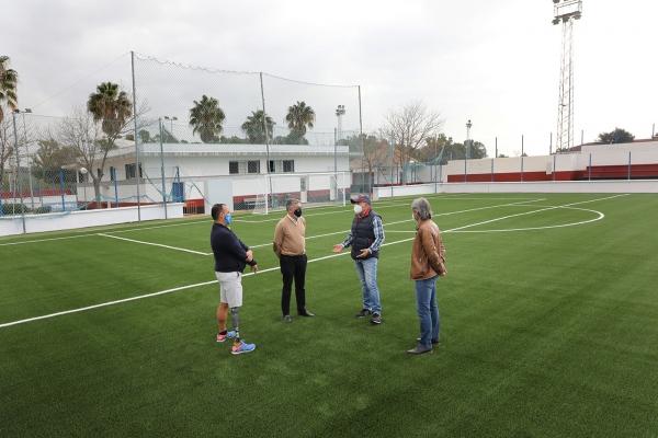El campo de fútbol 7 del polideportivo anexo al estadio municipal de San Pedro Alcántara estrena césped de última generación y un nuevo sistema de riego