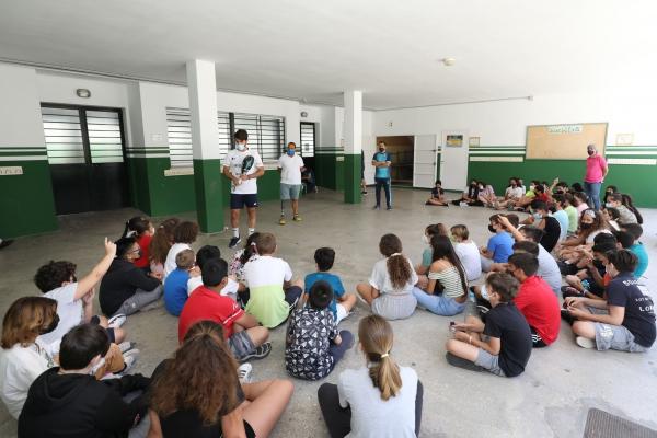 Jugadores del WPT Marbella Master acercan este deporte a escolares del municipio