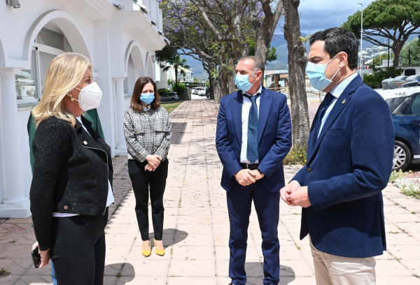 La alcaldesa destaca el compromiso y el esfuerzo inversor de la Junta para posicionar a las playas como referente de destino turístico seguro