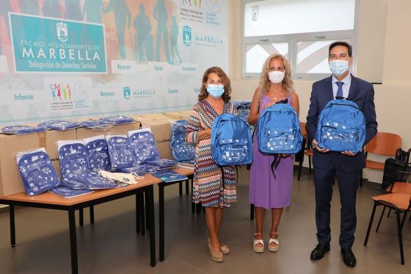 El Ayuntamiento y la Obra Social La Caixa entregan 130 lotes de material escolar para las familias más vulnerables del municipio