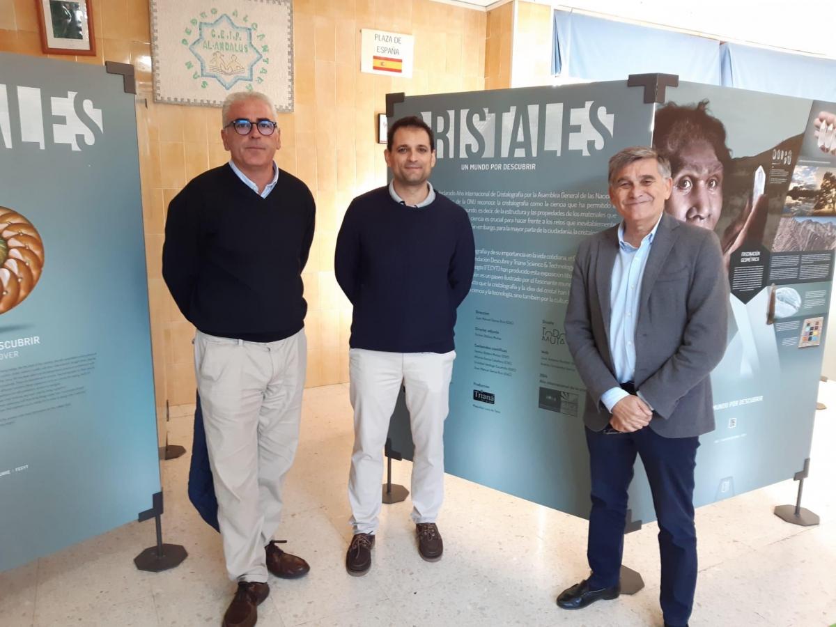 El Ayuntamiento colabora en la muestra 'Cristales, un mundo por descubrir', que se expone en el colegio Al-Ándalus