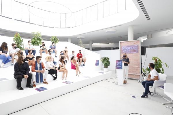 La alcaldesa destaca la apuesta del Ayuntamiento por el fomento del talento joven en la ciudad en la presentación del 'Marbella Crea 2021', que retoma su carácter presencial y cuenta con seis disciplinas