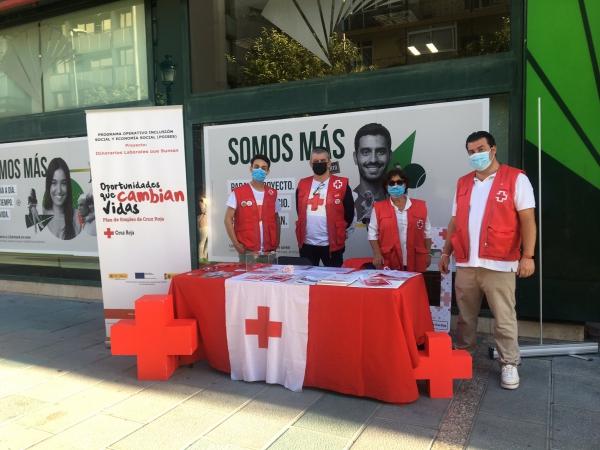 El Ayuntamiento se suma al Día de la Banderita de Cruz Roja para dar a conocer la labor que desarrolla la entidad en el municipio