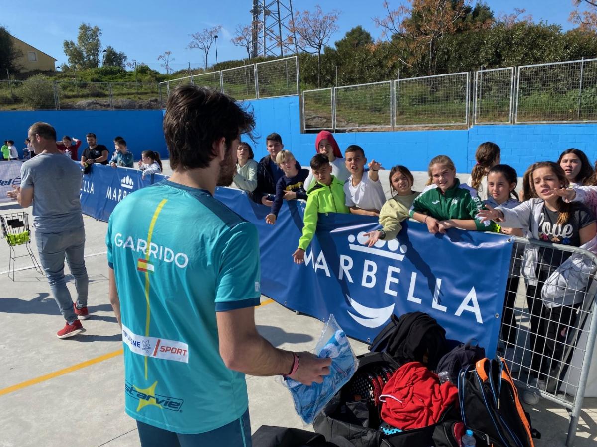 El Ayuntamiento organiza una serie de clinics en colegios y en el club Los Monteros para promocionar la nueva edición del 'World Padel Tour'